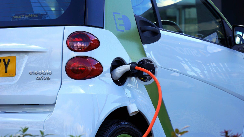 elektrische auto aan lader