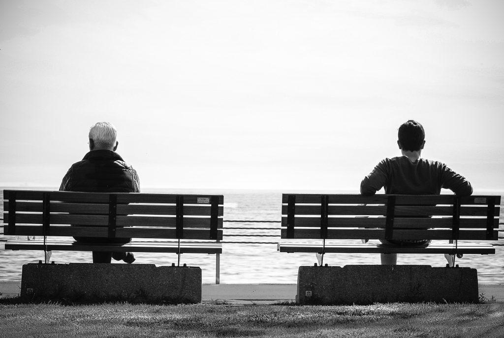 twee personen op een bankje